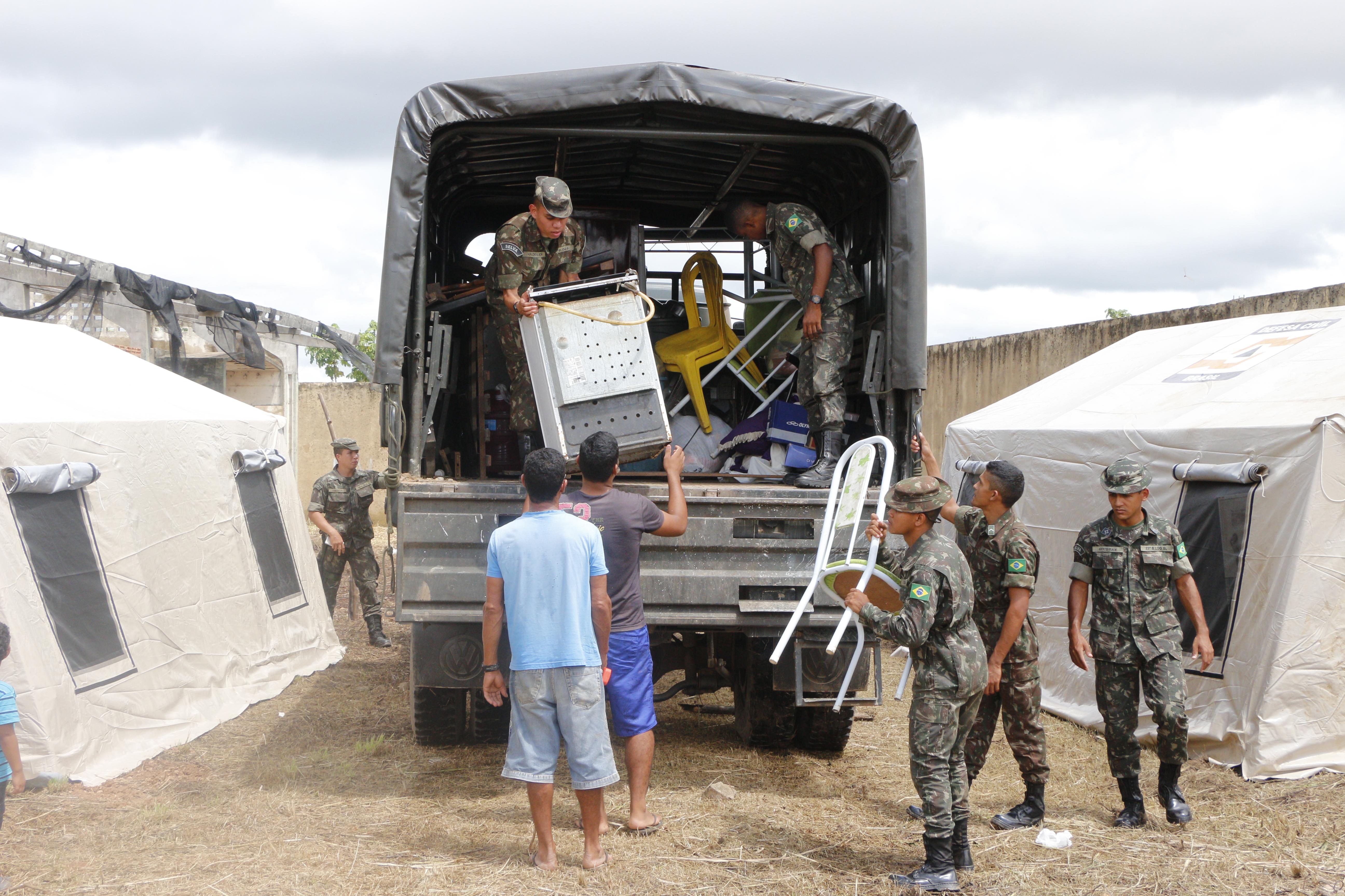 DEFESA CIVIL: FORÇA TAREFA SEGUE OPERAÇÃO DE TRANSPORTE DAS FAMÍLIAS PARA ABRIGOS DA PREFEITURA.