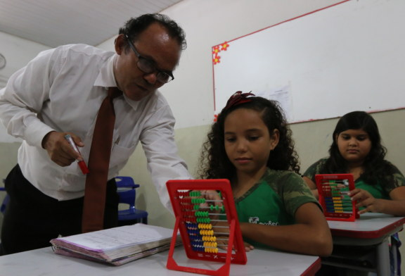 EDUCAÇÃO: O PROFESSOR QUE NÃO ABRE MÃO DA GRAVATA EM SALA DE AULA