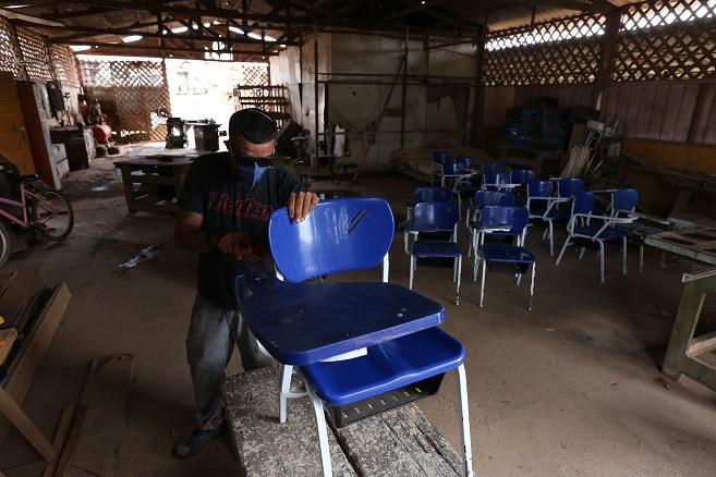 Sevop: Marcenaria reforma cadeiras escolares visando início do ano letivo